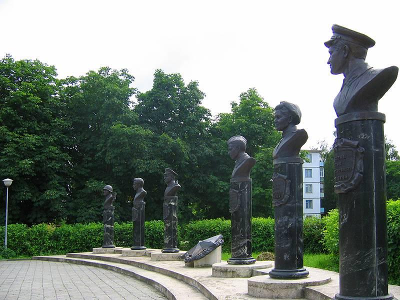 Мемориальный комплекс с барельефом в человеческий рост Плёс